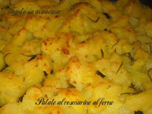 Cfroccanti fuori, morbide dentro queste deliziose patate al forno aromatizzate al rosmarino