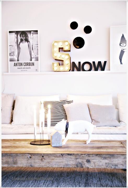 De combinatie van foto's, lampjes, muurstickers, ... geeft een nonchalante indruk maar zorgt voor 'georganiseerde chaos'!