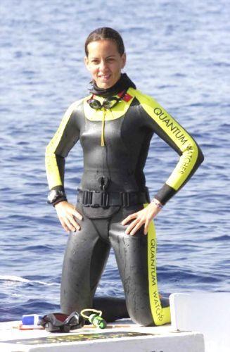 1996 yılında ODTÜ Matematik bölümüne başlamasının ardından ODTÜ-SAT Serbest Dalış Grubuyla çalıştı. Bu ekip ile 1998 yılında katıldığı Uluslararası Serbest Dalış Şampiyonası'nda Türk milli takımını temsil etti ve bayanlar arasındaki en iyi dereceyi yakaladı.  1999 yılında antrenörü Rudi Castaneyra ile tanıştı. Aynı yıl içinde serbest dalışın en zor disiplininde 68 metre derinliğe dalarak yeni bir dünya rekoru kırdı.