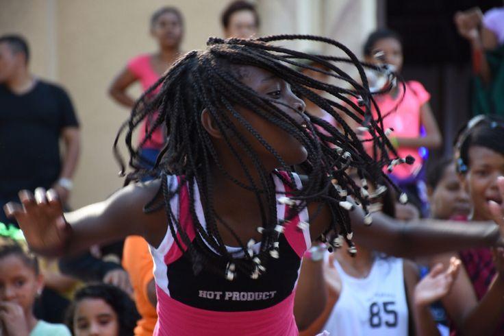 Hermosa niña bailando en barrio San Felipe, Barranquilla