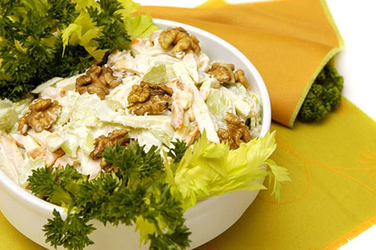 """летний салат для легкого ужина """"Минимум калорий""""  Шпинат и сельдерей смешать с кусочками яблок и грецких орехов. Заправить такой салат можно смесью сметаны, зерновой горчицы и оливкового масла."""