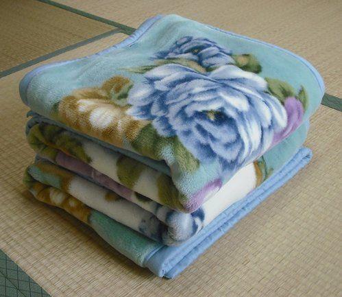 【nanapi】 季節の変わり目に毛布を片付ける時には、きれいに洗って気持ちよく片付けたいですね。洗濯機で洗うコツを紹介します。用意するもの中性洗剤(おしゃれ着用洗剤)柔軟仕上げ剤洗濯ネット毛布の洗濯表示を確認してください。水洗い不可のマークがついているものは洗濯機では洗えません。手順...