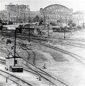 1954 Blick von der Monumetenbruecke auf den Anhalter Bahnhof und das Europa Haus (links)