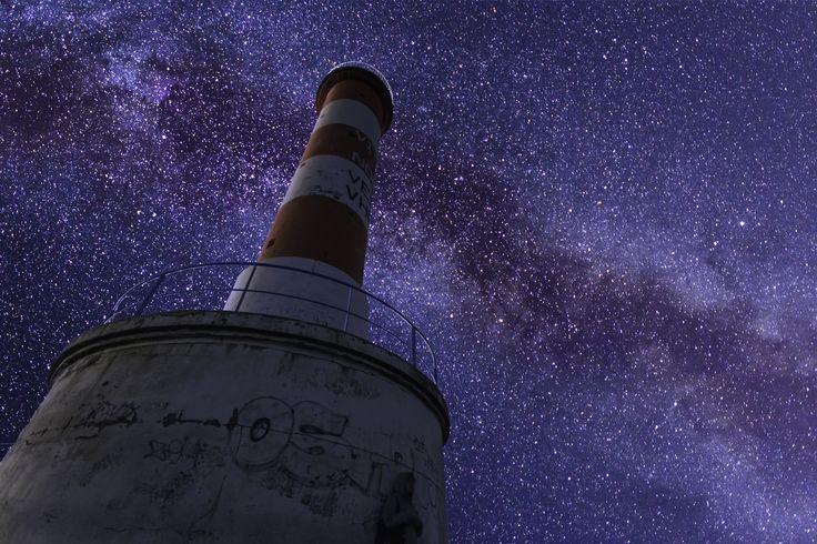 Phare et voie lactée - Imaginez un instant, vous vous promenez au phare rouge de Port la Nouvelle un soir, et tout à coup, black out total. Vous levez les yeux vers le ciel et vous apercevriez ceci. J'ai réalisé ce montage car je me suis acharné pendant cet été d'essayé de photographier la Voie lactée avec le phare. Mais les contraintes sont nombreuses, (Météo, pleine lune, etc). J'ai donc pris 2 photo, Le phare, et la voie lactée, (non loin d'ici, dans les corbières). Puis j'ai assemblé…