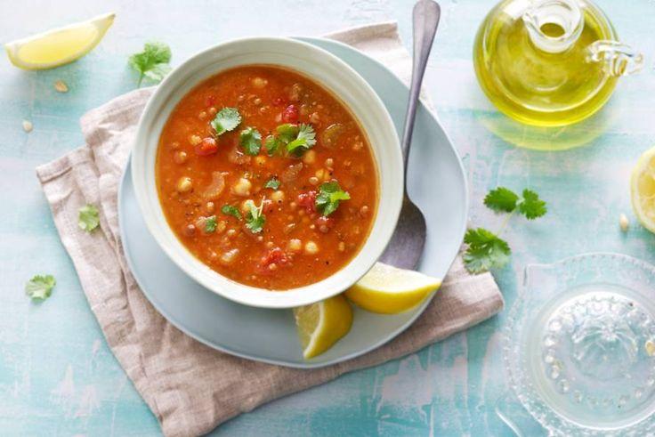 Gevulde soep met linzen en kikkererwten. Maak 'm helemaal af met verse koriander - Recept - Allerhande