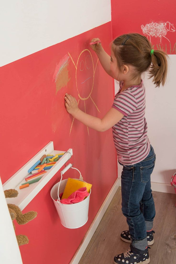 Kinderzimmerwand mit bunter kreide kreativ gestalten