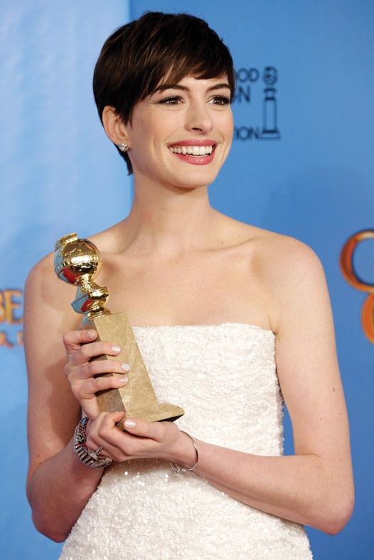 Anne Hathaway, lució un maquillaje Chanel en los Globos de Oro.