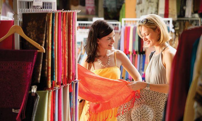 Daca o mare parte din venitul tau lunar se duce pe haine poate este cazul sa tii cont de urmatoarele sfaturi pentru a mai reduce din cheltuielile pe care le ai pe garderoba.      Defineste-ti imaginea. Cumpara haine care sa iti accentueze ochii, culoarea parului sau pielii, s