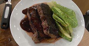 Steak vom Roastbeef an Romanasalat