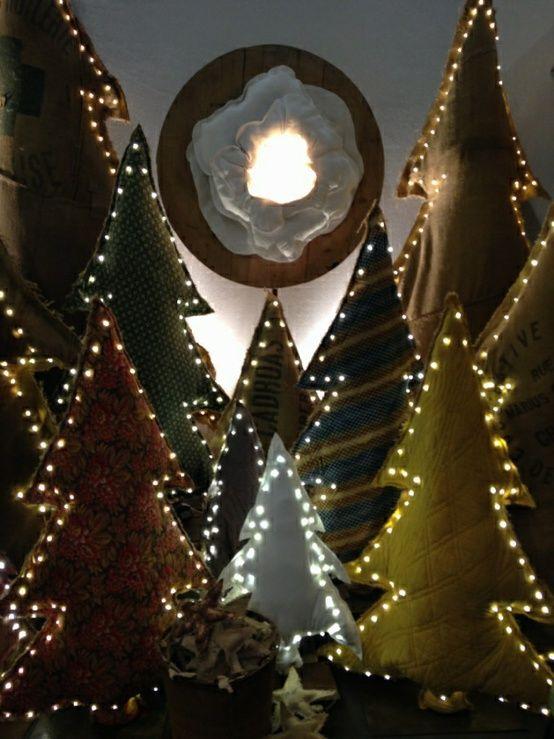 Choinki, zrób to sam, oświetlone choinki. Zobacz więcej na: https://www.homify.pl/katalogi-inspiracji/13664/oswietlenie-domu-na-swieta