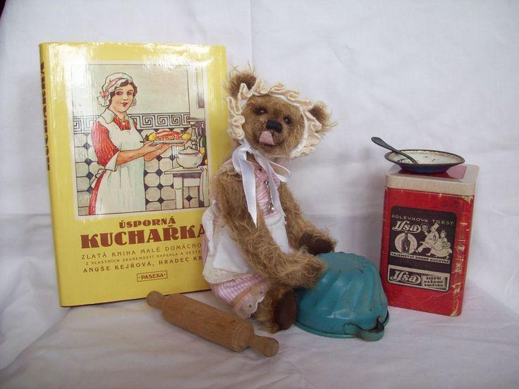 Magdalena Dobromila I medvídci mají rádi dobré jídlo a pití a pro některé je vaření, pečení a smažení doslova vášní. Přesně jako pro naši Magdalenu Dobromilu:-). A nevaří jen pro sebe, ale s potěšením připraví nějakou tu laskominu i Vám:-). Celokloubová medvědička je ušita ze zahraničního mohéru s delším chlupem, v útrobách má napěchováno duté vlákno. ...