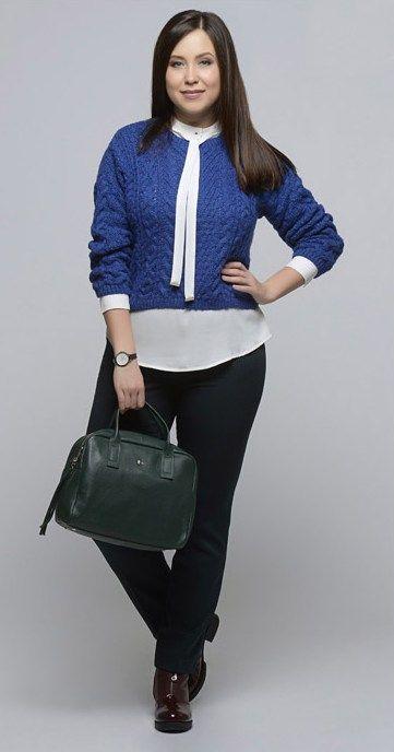 Черные брюки, белый топ, синий кардиган, зеленая сумка, бордовые ботильоны