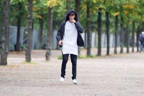 Justin Biener fumando al parco.