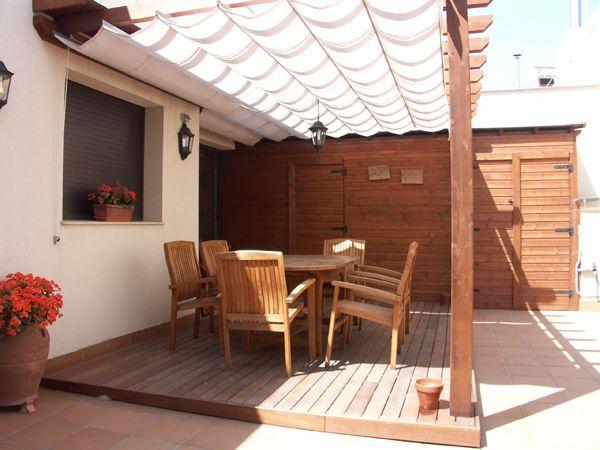Porche con toldo corredero en terraza. Visto en http://www.montajesenmadera.es