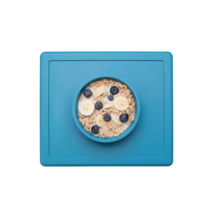 Le Happy Bowl de EZ PZ est un set de table et un bol tout-en-un en silicone de grande qualité. Cette matière lui permet d'adhérer à la table et de devenir impossible à déplacer par des petites mains. Hygiénique, le Happy Bowl est facile à nettoyer et passe au lave-vaisselle. Avec sa hauteur de 4 centimètres, le bol peut contenir différents types d'aliments, comme des soupes, des pâtes, de la purée, des céréales ou des fruits. Sa taille lui permet son utilisation sur la plupart des plateaux…