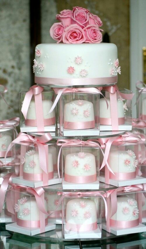 Mini wedding cakes as #Wedding #Favour (gift for guests) ♡ Your Complete Wedding Ceremony & Reception Guide ... for brides, grooms, parents & planners ♡ https://itunes.apple.com/us/app/the-gold-wedding-planner/id498112599?ls=1=8 ♡ Weddings by Colour ♡ http://www.pinterest.com/groomsandbrides/boards/