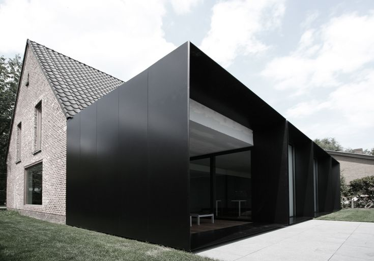 Minimalist and very contemporary extension to historic house