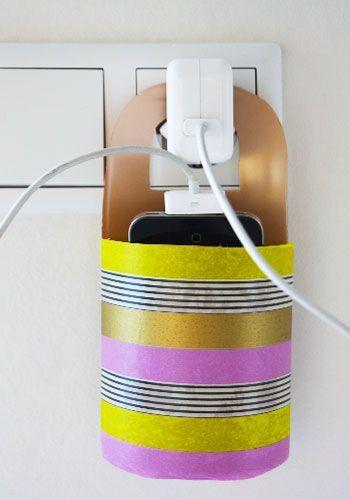Iets knutselen en tegelijkertijd recyclen, dat kan met deze telefoonhouder gemaakt van .... een lege shampoofles! Maar een andere plastic fles kan natuurlijk ook. Handig omdat de houder aan de stekker zelf hangt. Je hebt geen plankje of kastje nodig in de buurt van het stopcontact, en je stapt ook niet per ongeluk meer op je smartphone, omdat 'ie op de grond ligt. Dus waar wacht je nog op?
