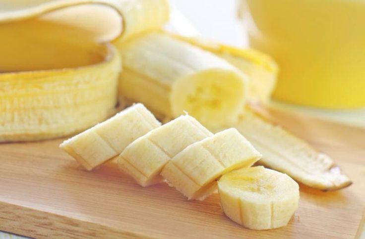 Maschera nutriente alla banana INGREDIENTI  1/2 banana 1 cucchiaio di olio di mandorle dolci  PROCEDIMENTO Mettere la banana in una scodella e schiacciarla con una forchetta e aggiungere l'olio di mandorle dolci; mescolare fino ad avere una crema densa. Applicare sul viso e tenerla in posa per 10-15 minuti poi risciacquare con acqua tiepida