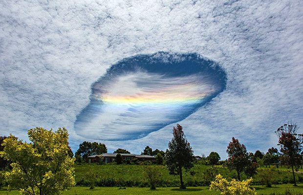 Chamado de buraco Fallstreak, essa grande abertura circular nas nuvens é formada quando a temperatura da água está abaixo de zero, mas não congelou ainda.