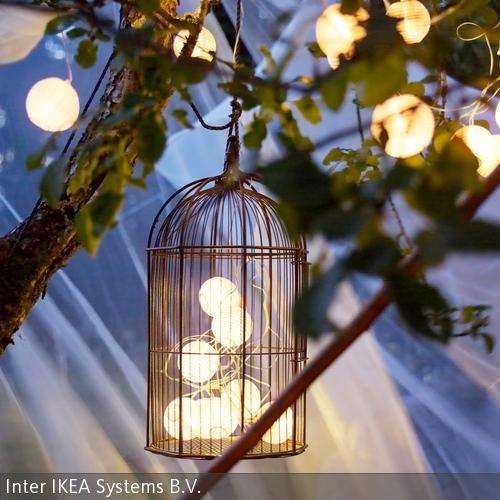 Ein wenig Transparentpapier, ein bisschen Draht, eine Kerze oder Glühlampe – fertig ist das Grundrezept für die ultimative Sommerdeko: Lampions und  …