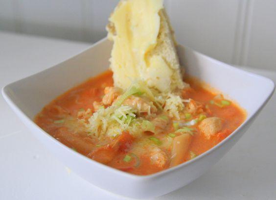 Dagens lunch blev en krämig kycklingsoppa. Fördelen med att hösten närmar sig är att det är mycket roligare- och godare- att laga soppor och olika grytor. Du behöver till ca 5-6 personer : 500 gram kycklingfileé Smör 8 dl vatten 500 gram passerade tomat 5- 6 dl valfri pasta 1 … Läs mer