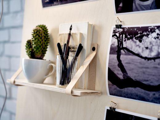 un tablón de inspiración hecho de contrachapado e inclinado contra la pared.