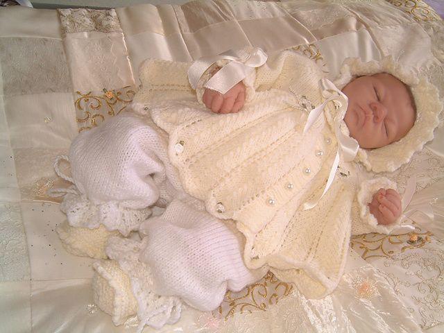 Ravelry: Vakker vaniljekrem ... babyen matiné jakke, panser bloomers og sko mønster av Karen Ashton-Mills