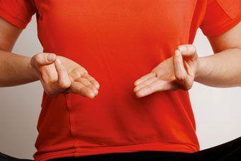 chin-mudra- Une el dedo índice con el dedo pulgar, estira el resto de los dedos apuntando hacia delante. Efecto: Desarrolla la calma y la meditación.