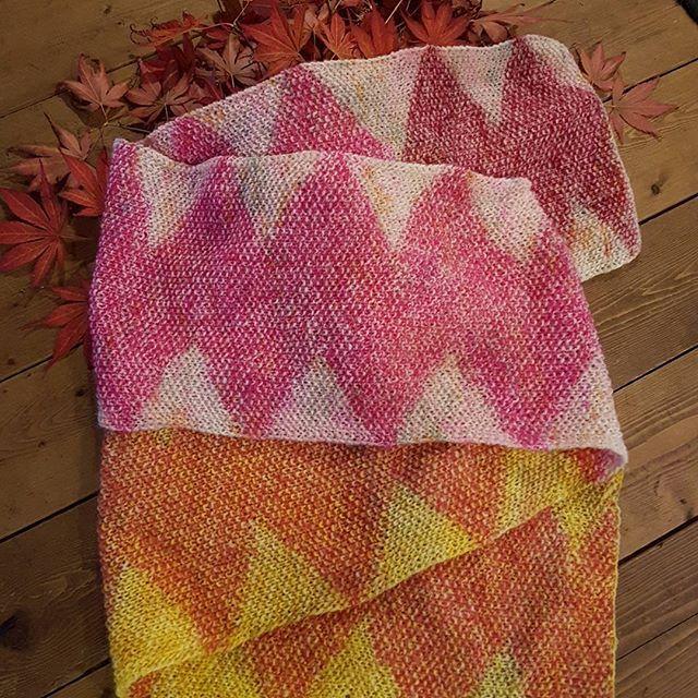"""@louisekvist77 har strikket """"hugormen"""" i lammeuld fra handdyedbycharlottespagner og kid mohair fra garnudsalg. Opskrift og garn kan købes hos garnudsalg.dk.  #handdyedbycharlottespagner #garnudsalg #indiedyer #handdyed #handdyedyarn #knitting #blackhill #strikkeopskrift"""