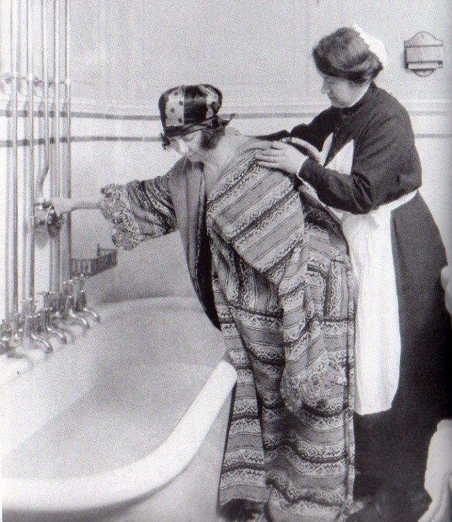 L.A. Mante e E. Goldschmidt. Nudo femminile, 1895-1903. diapositiva a colori. Museo di Sotira della Fotografia Fratelli Alinari - collezione Ginestra, Firenze