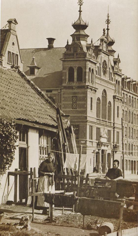 In 1893 stonden deze oude huisjes nog naast het zojuist gereed gekomen Amsterdamse Rijksmuseum