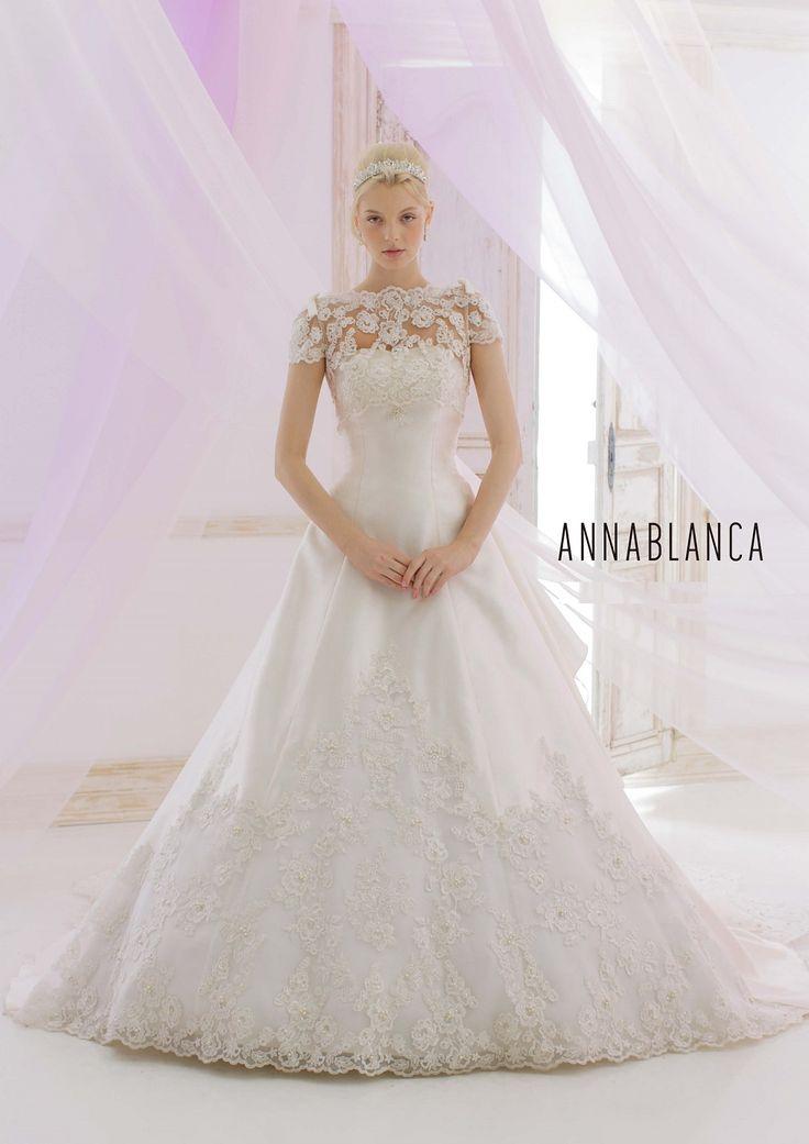 WEDDING DRESS一覧 | 福岡ウェディングドレスのレンタル「レイジーシンデレラ福岡」  アンナブランカ  ミカドを使用したスッキリなAラインドレス。取り外しのレースボレロを合わせると、気になる二の腕をカバー。まったく違ったイメージになります。