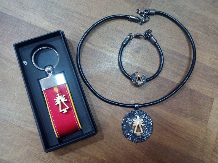 Conjunto de llavero, pulsera y colgante de la firma Canela para  esta Navidad.