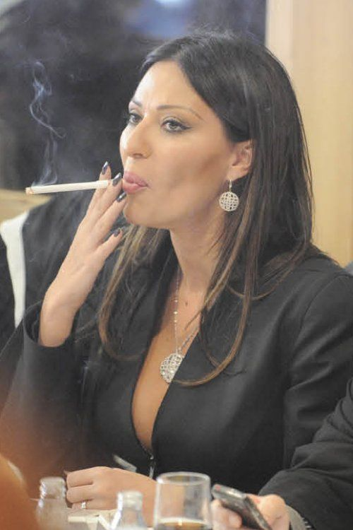 https://i.pinimg.com/736x/9d/2c/45/9d2c45329a19a2b5c3c7c6266466f46f--smoking-ladies-sexy-smoking.jpg