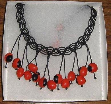 Geflochtene schwarze #Halskette mit #Huayruros #Samen, #Folkloreschmuck aus #Peru