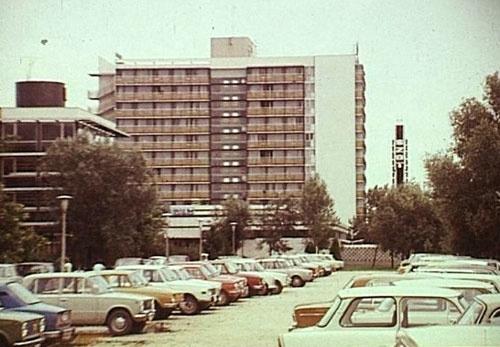 Siófok 1980 - modern hotel, modern cars