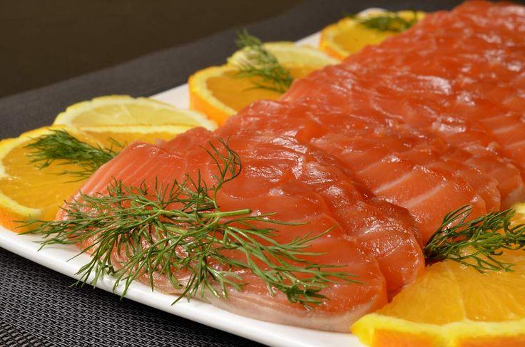 Pour réaliser ce gravlax, choisissez un saumon peu gras, bien épais et de préférence un morceau de même épaisseur des deux côtés plutôt qu'une queue de saumon. Vous obtiendrez ainsi des tranches identiques lorsque vous couperez votre poisson. Demandez à votre poissonnier d'enlever la peau et les arêtes cela vous fera gagner du temps. En […]