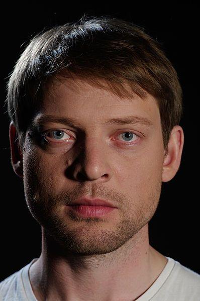 Pilt:Andres Mähar lavastuses 'Hea põhjatuule vastu', 2013. Foto Andrus Kannel.jpg
