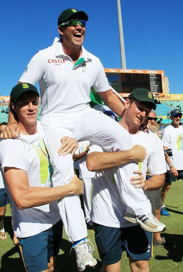 Jacques Kallis is carried around Kingsmead by his team-mates, South Africa v India, 2nd Test, Durban, 4th day, December 29, 2013 ©Associated Press