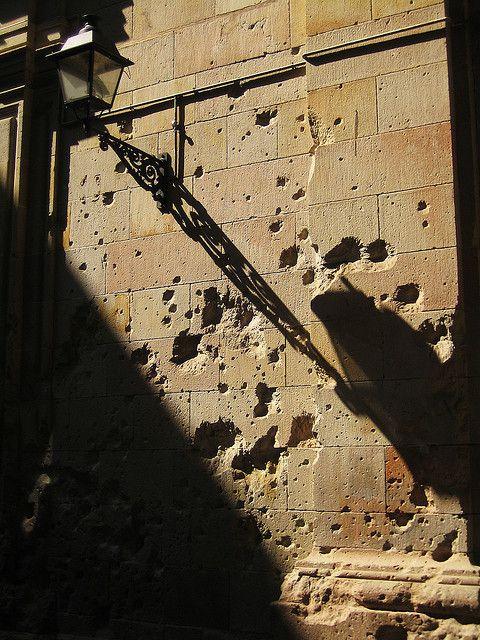 Sombra de farol y metralla   Pl. de Sant Felipe Neri, Barcelona