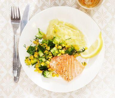 Mos är en favorit för många, både stora som små. Här bjuds på ett krämigt potatismos med kokt blomkål i som en härlig hemlig ingrediens. Laxen lagas snabbt till i ugnen, och det hela serveras med en saftig gurksallad med citron och dill. Mums!
