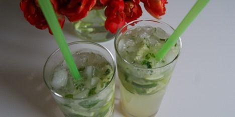 Server den grønne drink med matchende sugerør.