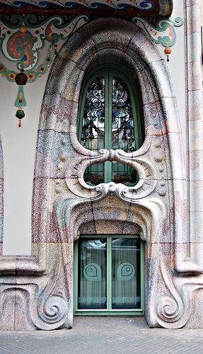 Corcega 316 Ventana.     La Casa Comalat efectuado en 1911 por el arquitecto Salvador Valeri i Pupurull (1873-1954).
