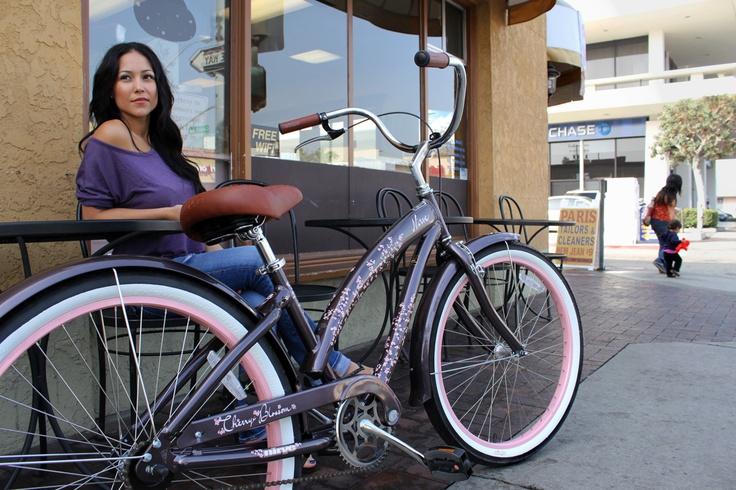 Perfecta para mujeres que buscan una bicicleta de diseño fresco y alegre.    Foto: Nirve Sports — Una joya de bicicleta. Así es la Cruiser Cherry Blossom de Nirve. Su diseño lo dice todo: frescura y elegancia. Perfecta para mujeres que buscan una bici alegre para pedalear. Con ruedas de aluminio de 26 pulgadas y tres velocidades, el precio de esta bicicleta ronda los 370 euros.