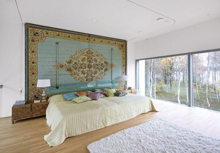 Stěnu ložnice krášlí jeden z dvanácti kusů stropních panelů ze starého rozebraného paláce indického mahárádži. Lůžko vyrobené na míru truhláři z Pentiku doplňují vyřezávané truhly, které slouží jako noční stolky.