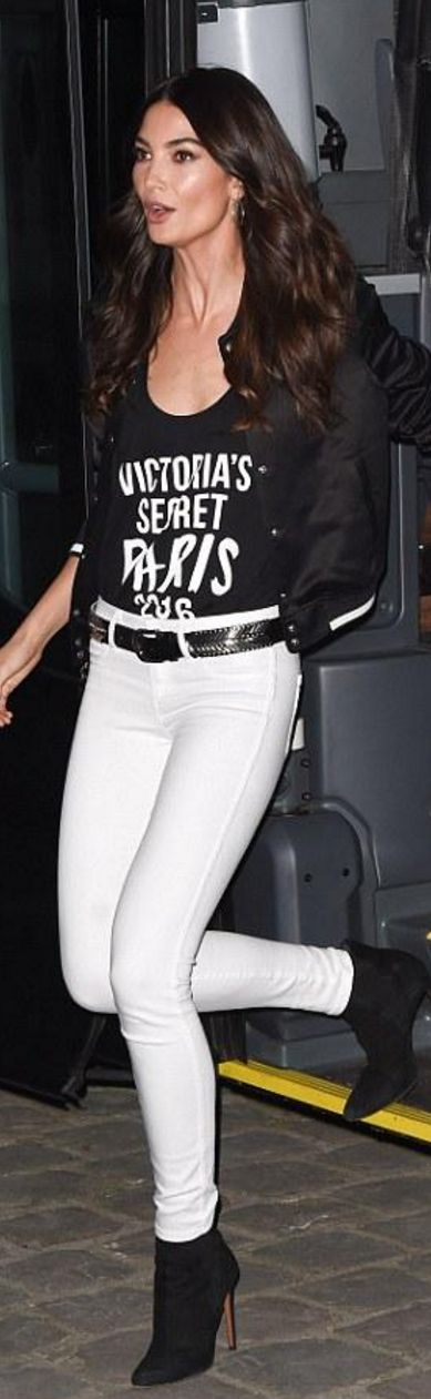 Who made Lily Aldridge's black ankle boots, skinny white jeans, print top, and belt?