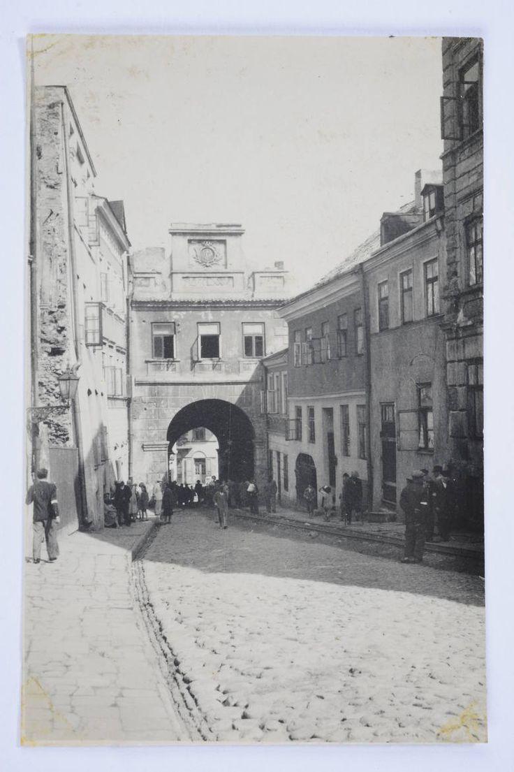 Getto. Ulica Grodzka, przechodzący ulicą Żydzi mają na rękach opaski.