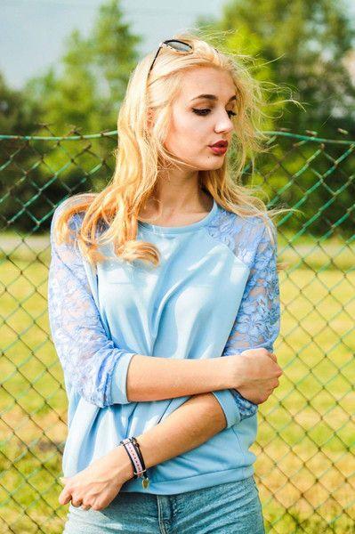 Bluza z Koronkowymi rękawami rozmiar 36 błękit - Cranberrysklep - Bluzy