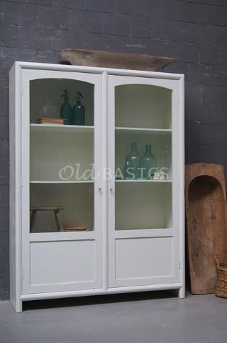 Vitrinekast Isa 10010  - Strak vormgegevenvitrinekast in het wit. De kast is hoog en heeft veel ruimte tussen de schappen. Door de lichte binnenzijde komen tentoongestelde spullen mooi uit.